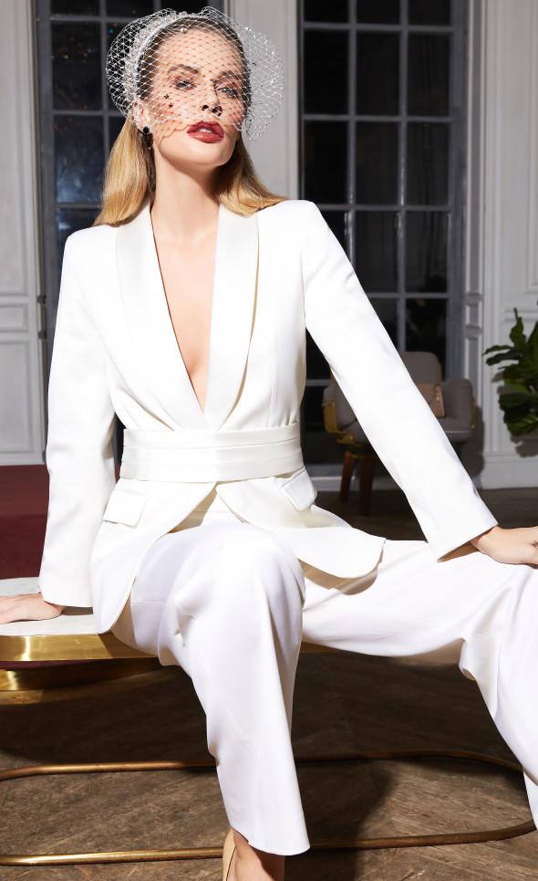 Белый костюм-смокинг с съемным поясом