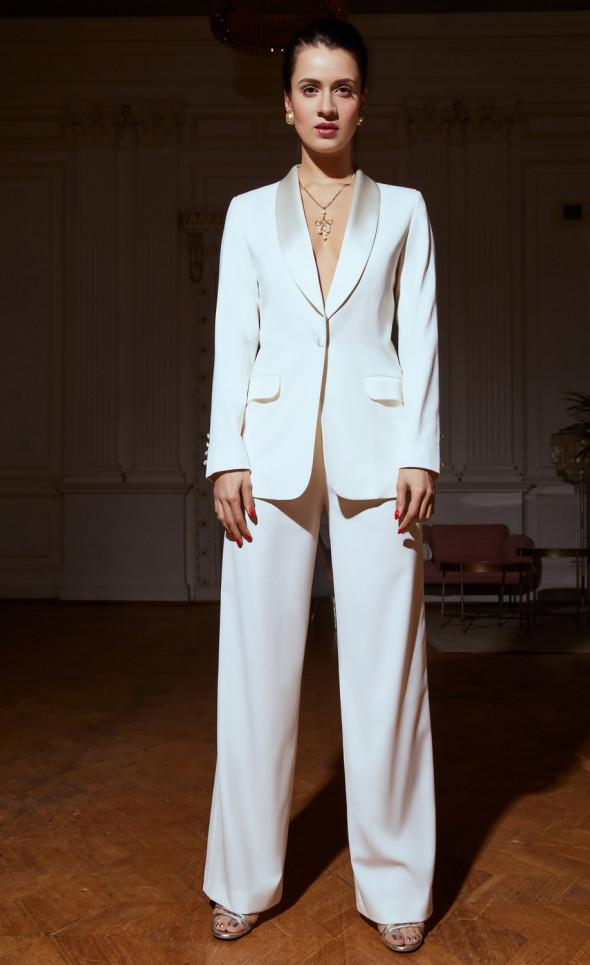 Белый смокинг с брюками-клёш